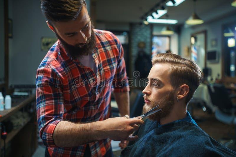 Cliente em uma loja de barbeiro fotografia de stock royalty free