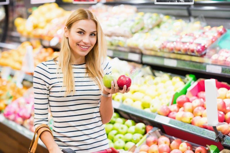 Cliente en el frente del supermercado del estante de las frutas imagen de archivo libre de regalías