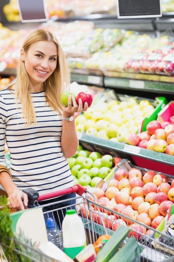 Cliente en el frente del supermercado del estante de las frutas fotos de archivo