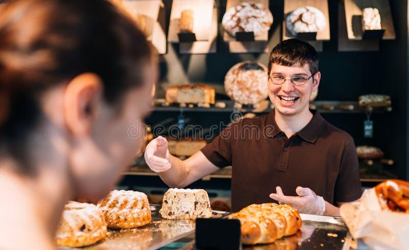 Cliente en una panadería fotos de archivo