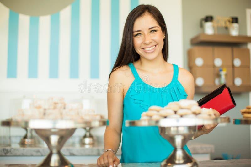 Cliente fêmea bonito em uma loja do bolo imagem de stock royalty free