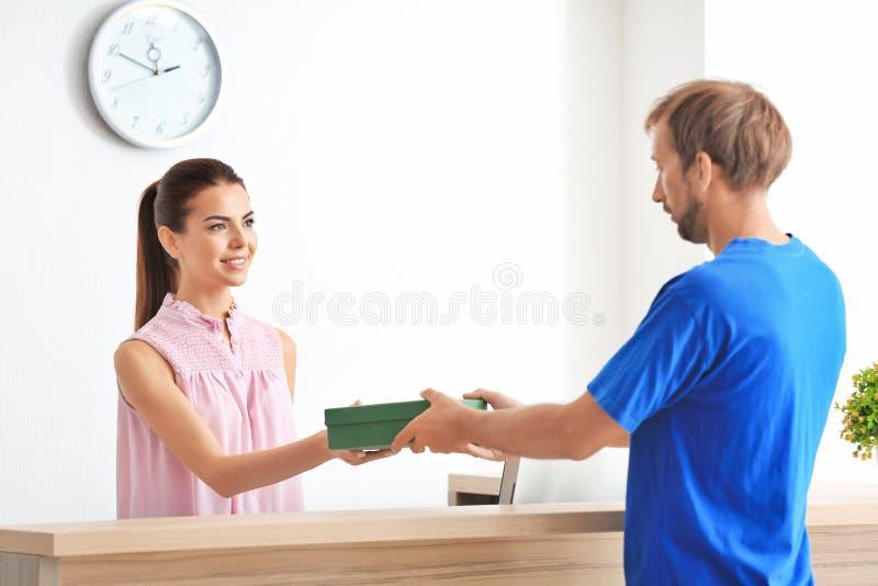 Cliente fêmea novo da reunião do recepcionista foto de stock royalty free