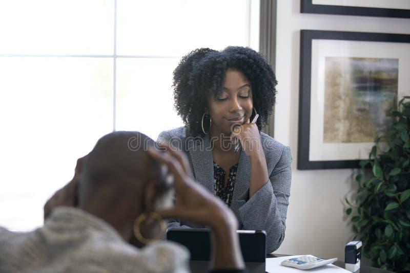 Cliente fêmea preto irritado no imposto CPA Accountant fotografia de stock
