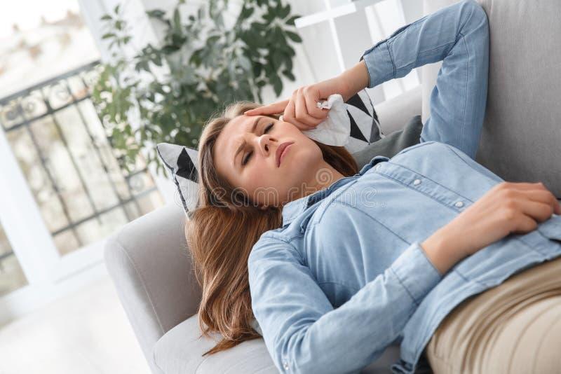 Cliente fêmea que encontra-se na sessão de terapia da psicologia do sofá dentro unahappy imagem de stock royalty free