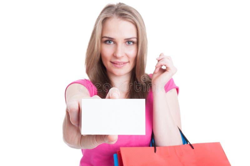 Cliente feliz bonito que guarda o cartão vazio ou vazio fotos de stock royalty free