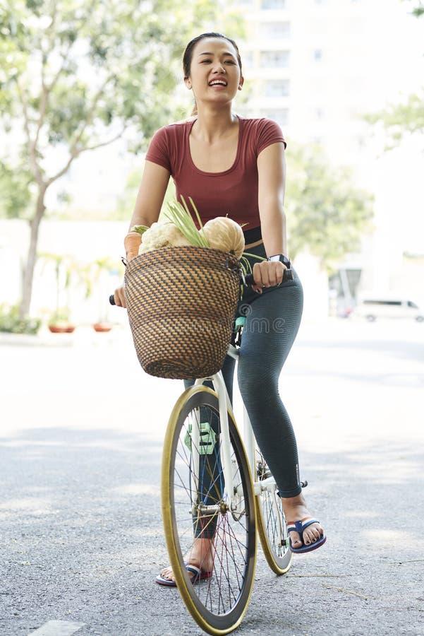 Cliente feliz do mercado na bicicleta fotos de stock royalty free