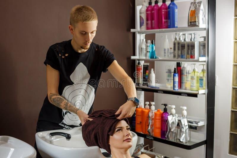 Cliente feliz en el peluquero, cuidado del cabello fotos de archivo