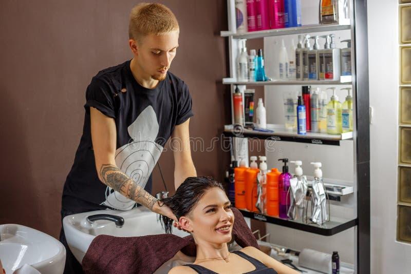 Cliente feliz en el peluquero, cuidado del cabello fotografía de archivo libre de regalías