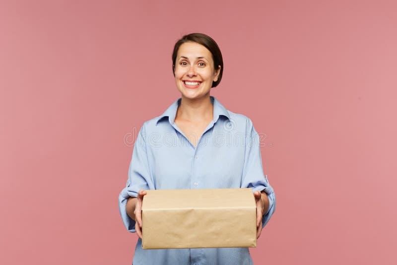 Cliente feliz joven de la tienda en línea con la caja llena grande imágenes de archivo libres de regalías