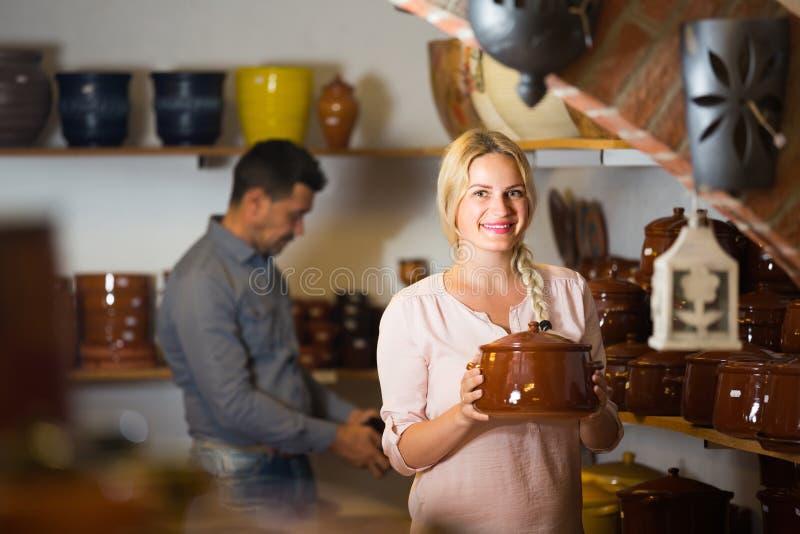 Cliente femenino en taller de la cerámica fotos de archivo