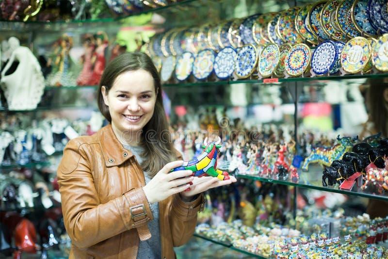 Cliente femenino en tienda de souvenirs fotografía de archivo