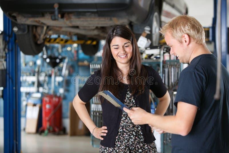 Cliente femenino feliz en el mecánico imágenes de archivo libres de regalías