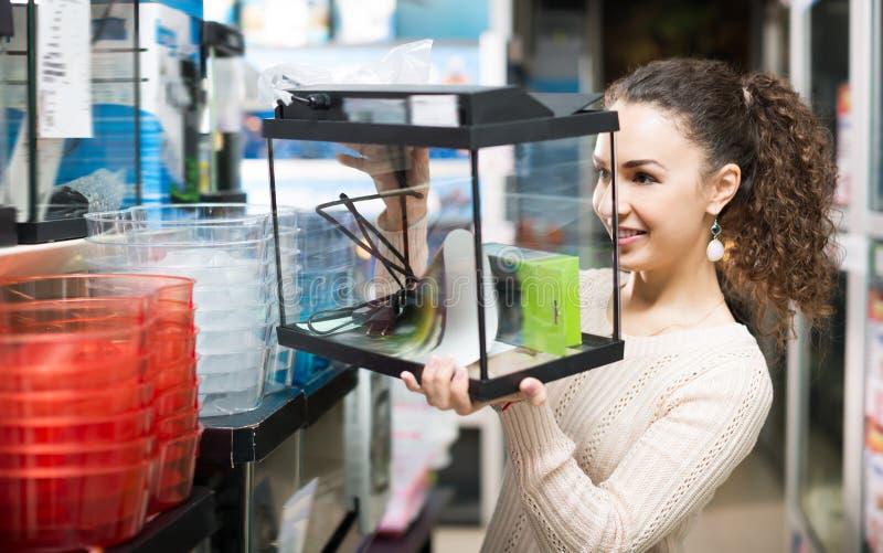 Cliente femenino que compra el nuevo terrario o acuario imagen de archivo