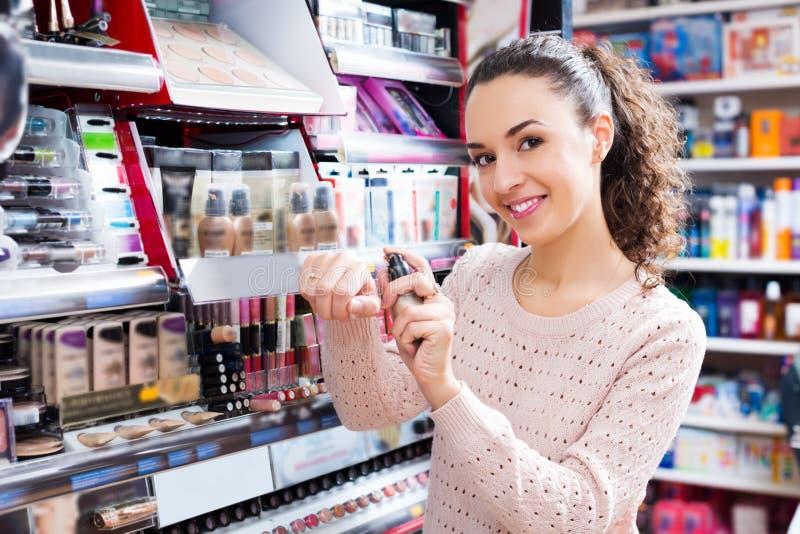 Cliente femminile che compra la crema di cc fotografia stock