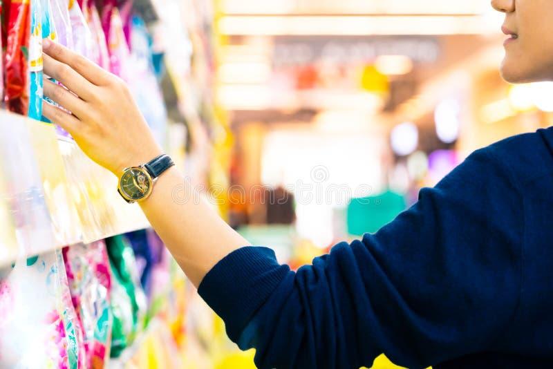 Cliente femminile con il carrello con moto vago del grande magazzino del supermercato fotografia stock libera da diritti