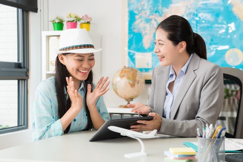 Cliente femminile elegante allegro che ritiene felice immagini stock libere da diritti