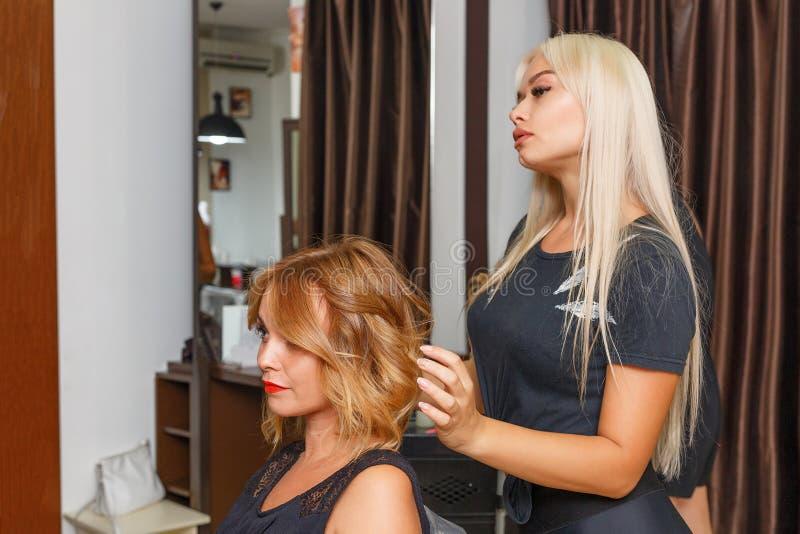 Cliente heureuse de femme dans le salon de coiffure, dénommer de cheveux image libre de droits