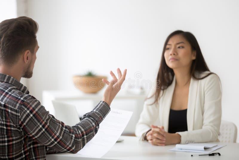 Cliente irritado que queixa-se na lei má do asiático da reunião da fraude do contrato fotos de stock