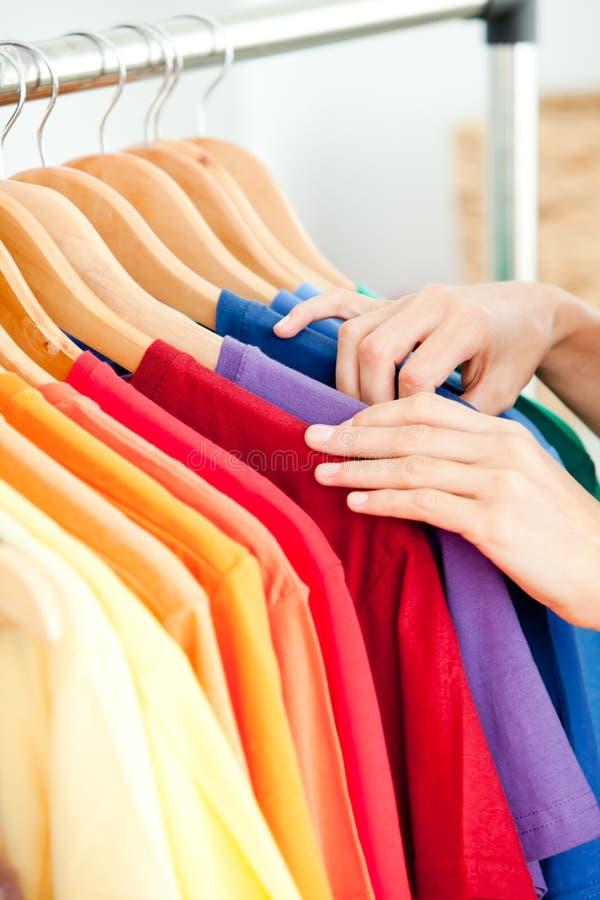 Cliente latino-americano fêmea que procura a roupa imagens de stock