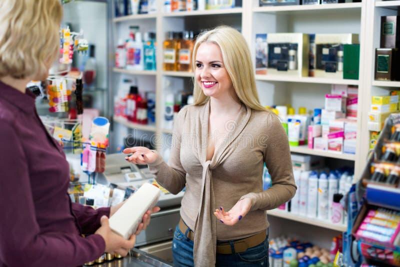 Cliente na loja que paga na caixa registadora imagens de stock royalty free