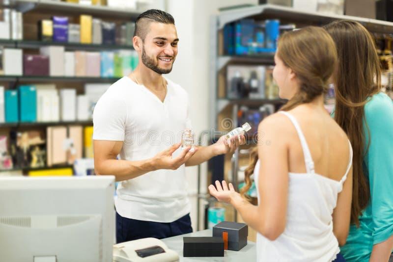 Cliente na loja que paga na mesa da caixa registadora imagem de stock