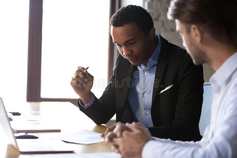 Cliente o cliente negro que considera términos de contrato antes de signi fotos de archivo libres de regalías
