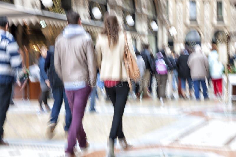 Cliente que anda após uma janela de loja, efeito do zumbido, borrão de movimento fotografia de stock royalty free