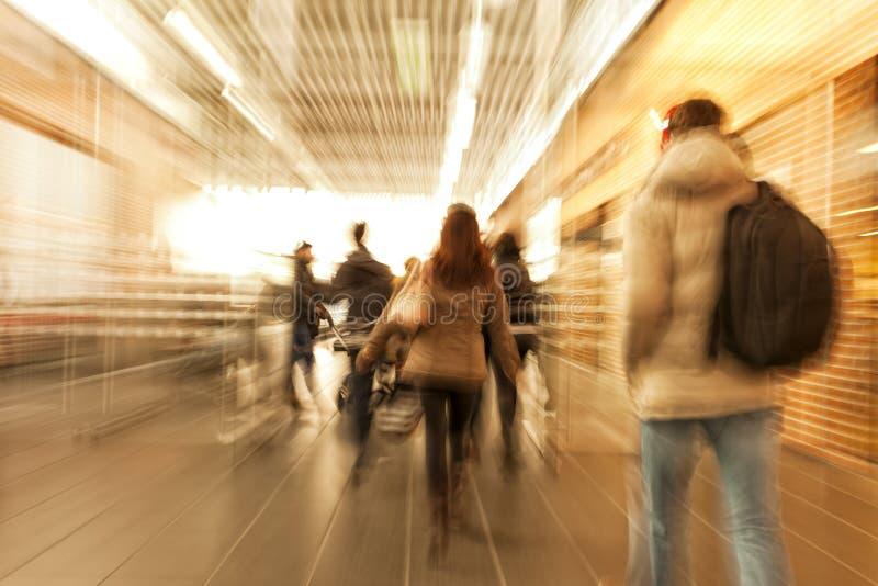 Cliente que apressa-se através do corredor, efeito do zumbido, borrão de movimento, cruz foto de stock