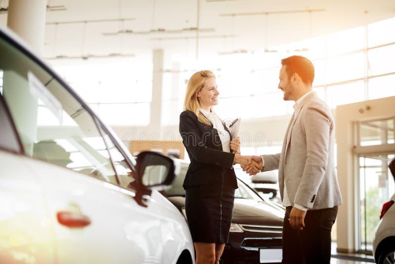 Cliente que compra um carro no negócio imagem de stock royalty free