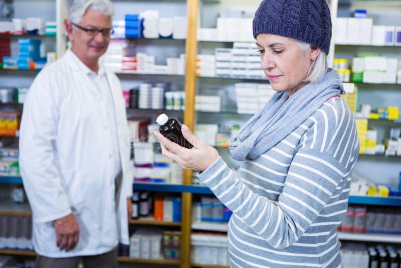 Cliente que comprueba la medicina imagen de archivo libre de regalías