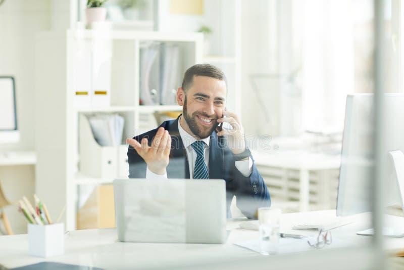 Cliente que consuela del comerciante positivo sobre activos financieros foto de archivo libre de regalías