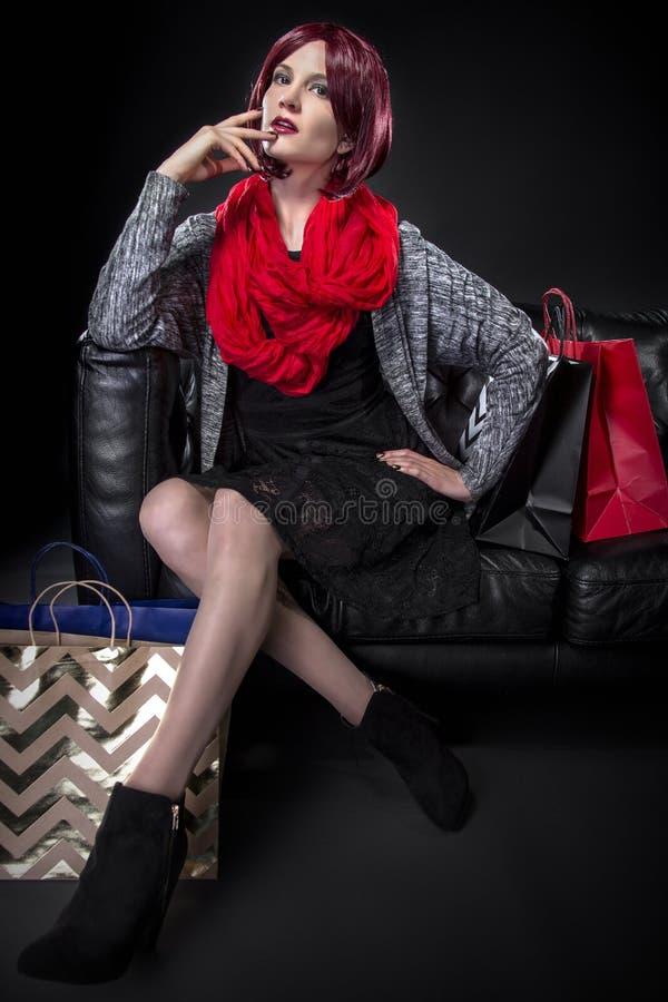 Cliente que descansa em um sofá imagens de stock