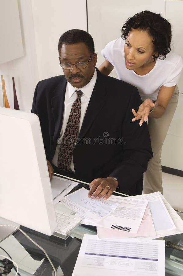 Cliente que fala com contador imagem de stock royalty free
