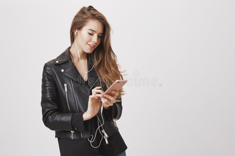 Cliente que manda un SMS mientras que en su manera al encuentro Tirado de la mujer femenina encantadora que sostiene smartphone,  foto de archivo libre de regalías