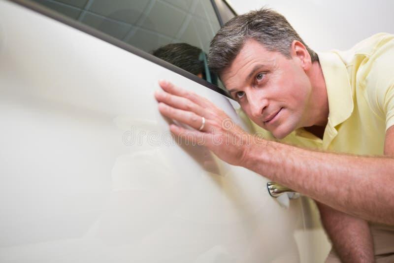 Cliente que olha o corpo de carro foto de stock