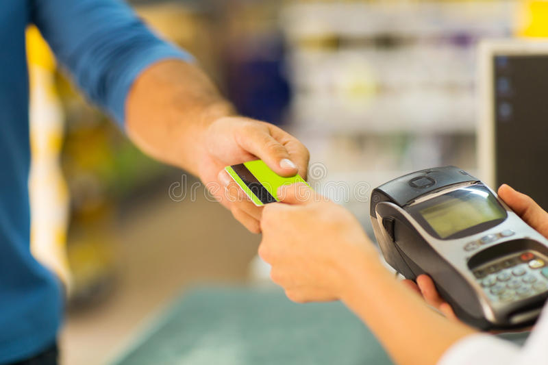 Cliente que paga la tarjeta imagenes de archivo