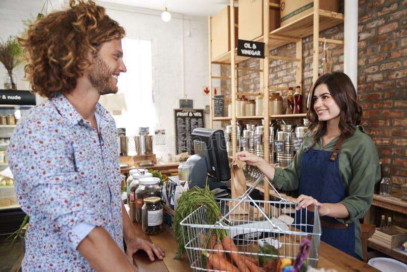 Cliente que paga pela compra na verificação geral da mercearia livre plástica sustentável imagens de stock royalty free
