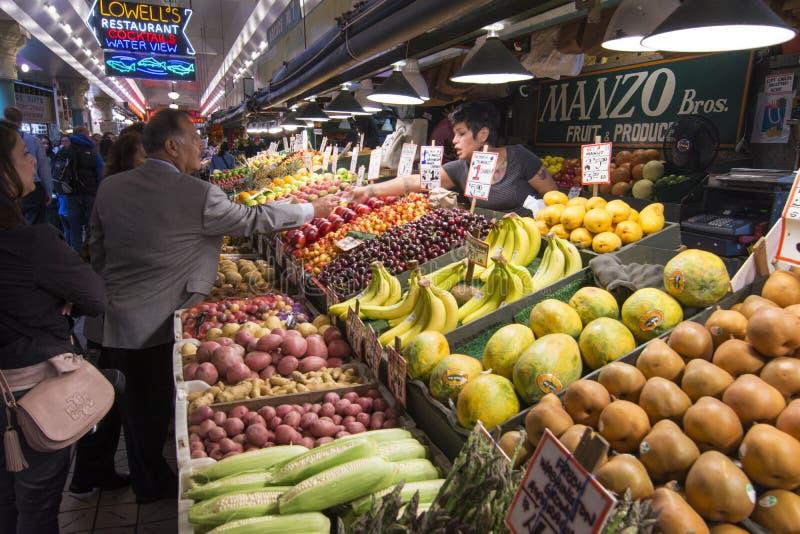 Cliente que paga pela compra no mercado de lugar de Pike em Seattle foto de stock