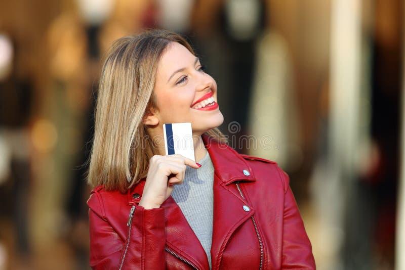 Cliente que quer saber que comprar guardar um cartão de crédito imagens de stock royalty free