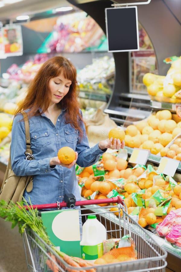 Cliente que sostiene naranjas imagen de archivo libre de regalías