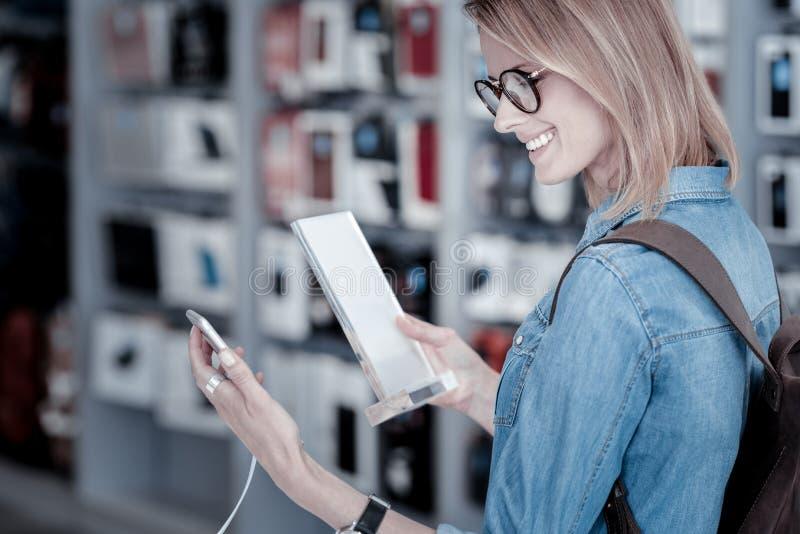 Cliente responsável que lê uma descrição detalhada de um dispositivo imagem de stock