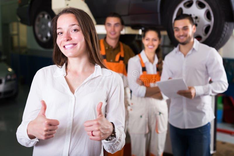 Cliente satisfecho con la renovación de los mecánicos imagen de archivo libre de regalías