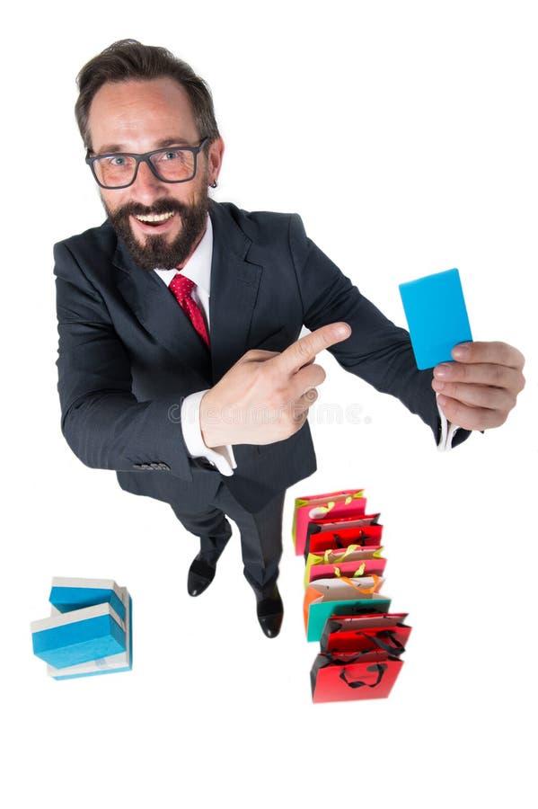 Cliente satisfeito que sorri e que mostra seu cartão do desconto imagens de stock royalty free
