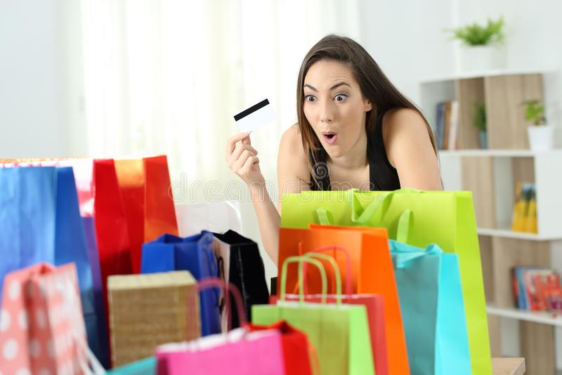 Cliente surpreendido que olha compras múltiplas imagem de stock royalty free