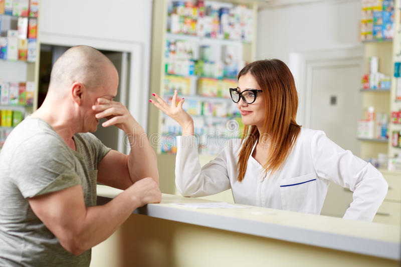 Cliente turbato della farmacia fotografia stock