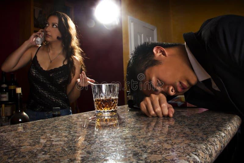 Cliente ubriaco ad una barra immagini stock