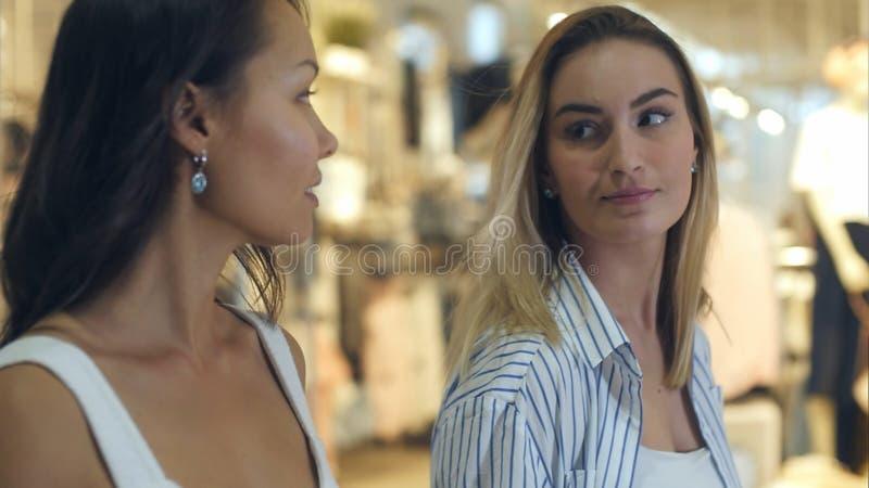 Clientes amigáveis que passam seu tempo que faz junto compras e fala foto de stock royalty free