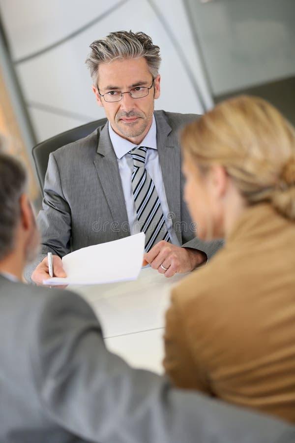 Clientes da reunião do advogado em seu escritório fotografia de stock