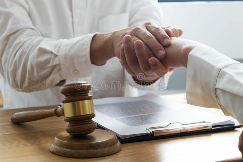 Clientes del tacto y del respecto del abogado para confiar en sociedad Concepto de la promesa de la confianza fotografía de archivo