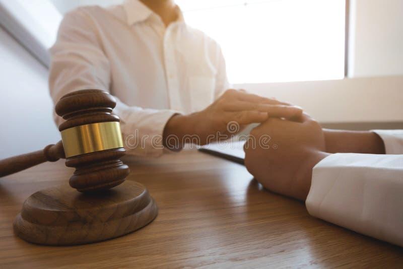 Clientes del tacto y del respecto del abogado para confiar en sociedad Concepto de la promesa de la confianza imágenes de archivo libres de regalías